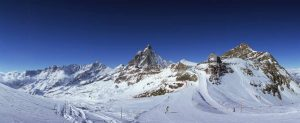 Snowbarder i Cervinia i Alpene