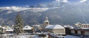 Kirke på en vinterdag i Chamonix i Alpene