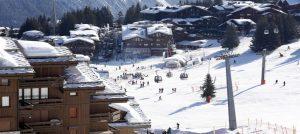 En vakker vinterdag i skisenteret i Courchevel i Frankrike