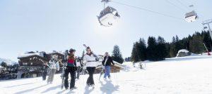 Skikjørere på vei til skiheisen i Courchevel i Frankrike