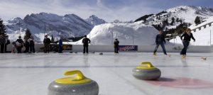 Du kan spille curling utendørs i Murren i Sveits