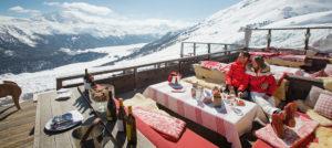 Lunsj på skireise til Alpene. Destinasjon: St. Moritz, Sveits