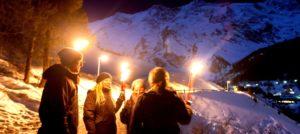 Fakkeltur på kvelden i Saas Fee i Sveits