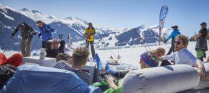 Glade skikjørere i Saalbach, Østerrike