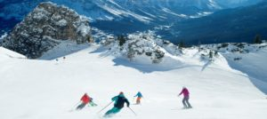 På alpinski i preparert bakke i Cortina, Italia
