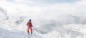Skikjører offpiste på topptur i Narvik