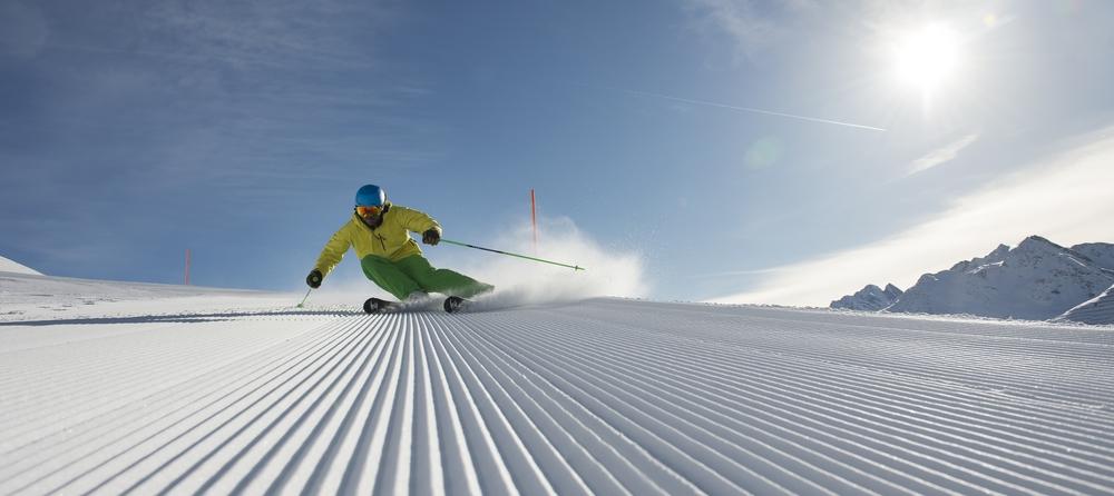 St Anton am Arlberg på ski i preparert bakke